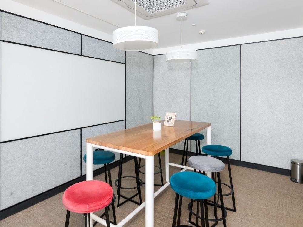 Blue-One-Square-1A-Brainstorm-Room